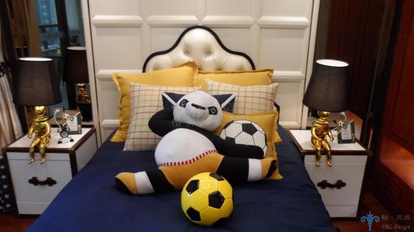 功夫熊猫陪伴着小主人,让个性活泼,爱足球的他更加开朗、阳光.