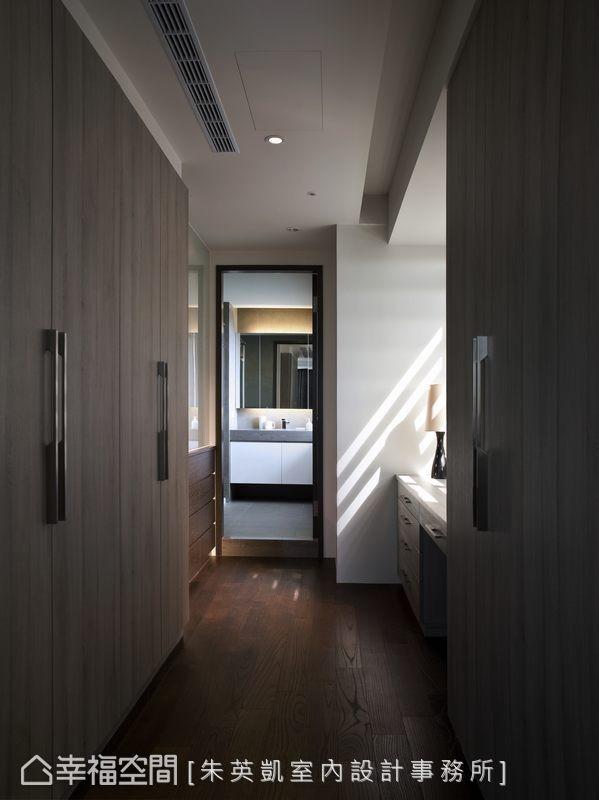以卫浴动线作结,狭长的更衣段落,中段有着灿亮自然光,窗前规划梳妆桌台。