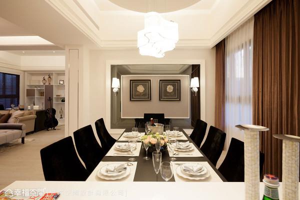 对称、收以假门形制的门框设计,低调分界了客厅与餐厨领域。