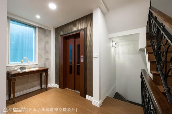 设计师调整楼梯位置并增设电梯,让垂直动线有了整合;外观部分则以钢板烤漆结合皮雕版,更显恢宏气度。