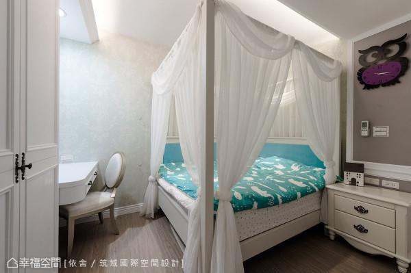 为小女购置了四柱床架、纯白纱帐,打造蓝白相间的雅致公主房。