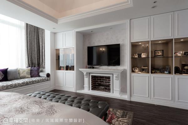 壁炉造型的电视墙,让空间增添宜人的温婉氛围;而窗下的卧榻设计,则可作为卧铺、座椅以及收纳等使用。