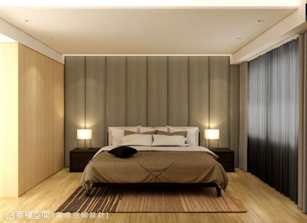 落地绷布的床头墙设计,在沉稳用色空间中,营造主卧房气势。