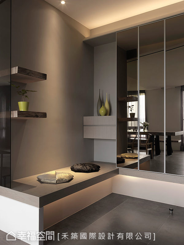 入口大地色的温润质材,融合镜子反射的一部分室内景象,自叙和缓的生活节奏。
