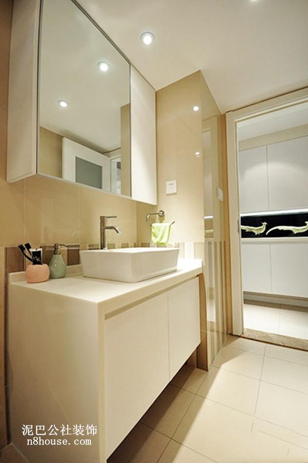 洁净如洗的白色陶瓷洗手台,方形浴室镜,真是一尘不染啊