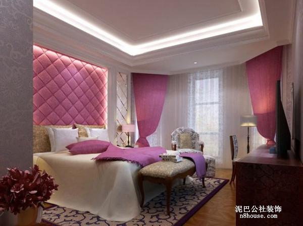 玫红色的被褥、窗帘、背景墙自成一线,温馨的卧室即刻呈现