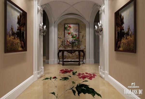 牡丹花的中式地板配上中式的壁纸以及墙画,更显出东方韵味。不过拱形的门洞又将地中海风格嵌入进来,墙壁两边的挂画以及踢脚线则是欧式风格,三种风格结合在一起,毫无违和感。