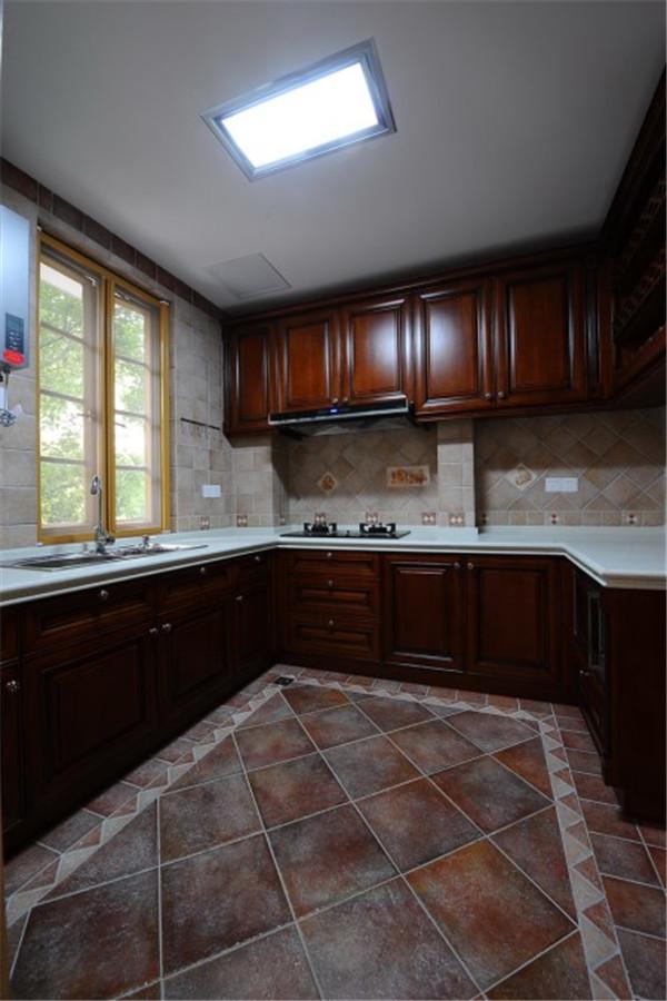 古典欧式风格厨房装修设计中做旧颜色的地砖、原木深色橱柜、经典复古的菱格纹图案,为厨房营造出浓浓的怀旧气息。