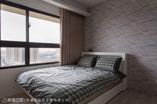 远眺高低跌宕的都会景致,主卧房以时尚壁纸呼应城市风格,床铺成为夫妻俩人观赏璀璨夜景的特等席。