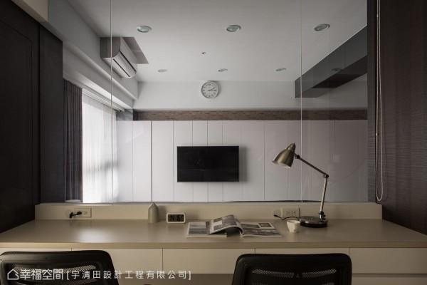 面向电视主墙,同时做为沙发倚靠的书桌,以拉帘保有隐私弹性,设计者同时细心规划线路、插头,方便居者使用计算机。