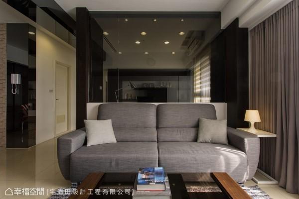 以书房书架为景深,灰色沙发与抱枕、软件依循现代时尚的色调选配,在利落之中反有休闲暖度。