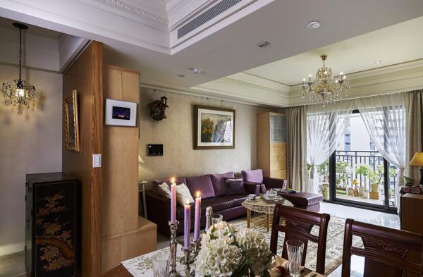 合肥装修首选川豪装饰。宽阔的客厅,不需要多余的家具,纯白的地面与天花,光亮的窗户,加上浪漫紫色的布艺沙发,古典式茶桌,伫立一盏古典灯,共同展现古典美学。