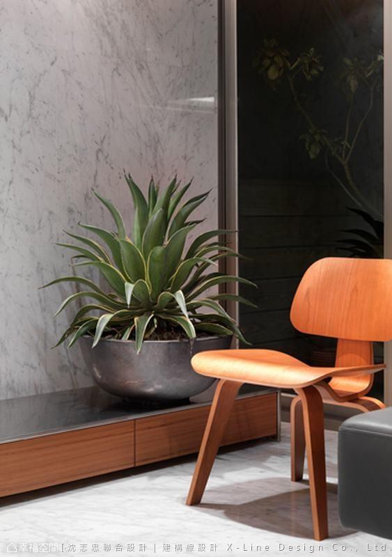 延伸的质材从地坪延伸到客厅电视墙,描绘利落整体性。