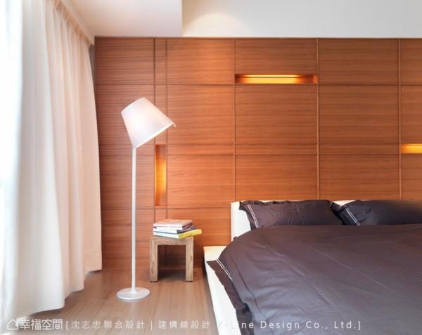 内嵌于木作床头墙内的照明设计于木节纹理外缀点立面变化。