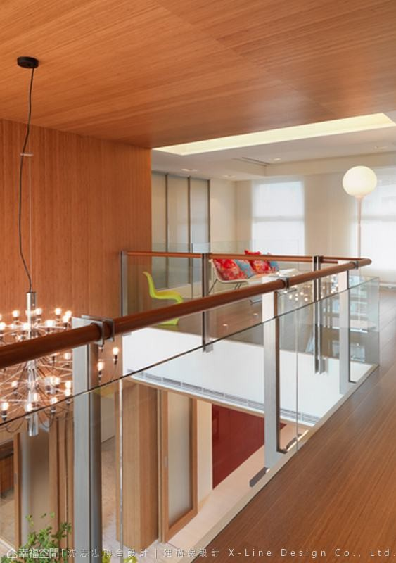 玻璃围栏的的设计引入全面光源,在家打造日光空中廊道。