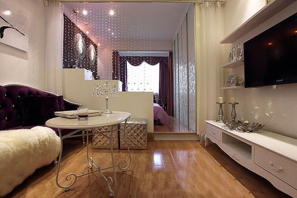 客厅:原来的卧室和客厅是连在一起的,没有任何档的东西,一点私密性都没有!现在放置了一个柜子,除了有私密空间挚之外还增加了置物空间!