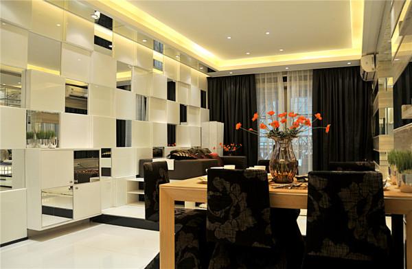 客厅和餐厅的用隔断将其划分。但是整个客厅的储物和艺术品展示柜都要在这个隔断上体现。所以在满足实用和美观还更中还要的是通透性。客厅是每个人活动最多的空间所以客厅的设计一定要符合客户对家的感觉。