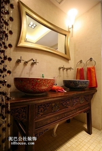 木式台面,两个陶瓷洗手盆,金属边框浴室镜,方便多人共用