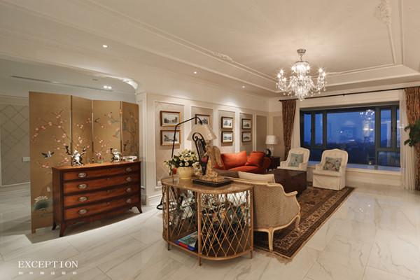 整个客厅颇具艺术气息,不论是镂空背几上拨动竖琴的天使雕塑,剔透华丽的枝形吊灯,还是现代简约的落地台灯都极富艺术色彩,独具匠心的布置让平淡的空间顿时生动起来。
