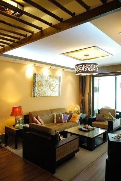 沙发无论是色彩还是造型都与整个房间的风格很搭调,庄严高贵的紫檀木配上大气的布垫,营造出古朴内敛的氛围,下面铺了席子,是怀旧的自然情怀