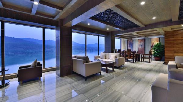 设计师没有一味地追求表面的奢华味道,而是在满足功能需求的同时追求空间设计和配饰上的精雕细琢。足够的挑高空间和大块面色彩的对比都彰显着时尚大气。