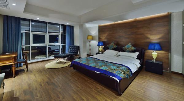 房的设计占朴典雅,温润的木质背景墙、木质地板与精致华美的丝质床品对比强烈,一简-一繁相得益彰,增加视觉冲击力。