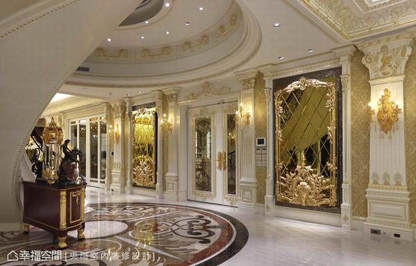 立面以金黄色的古典图腾壁纸铺陈,铺排细腻图样的雕花线板与金箔贴饰,以电梯间入口为轴心,展开古典艺术中泱泱大器的对称语汇。