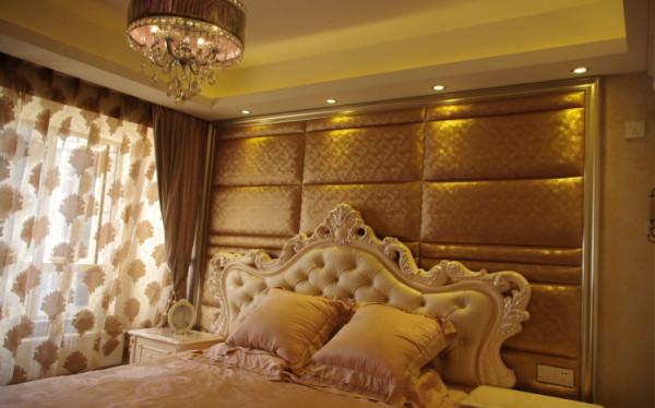 床头做的软包背景墙,既能体现业主对于生活的高品质追求,又蕴含着三口之家的温馨气息。