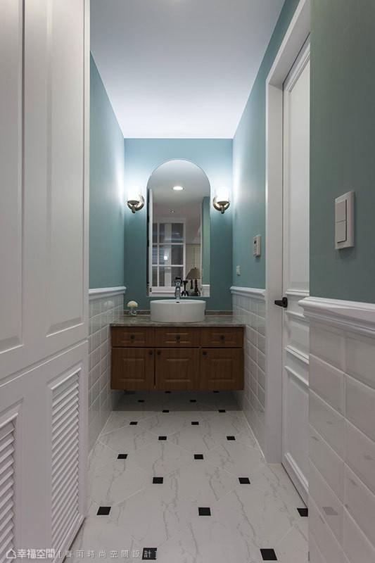 设计师将洗手台面独立在外,让宾客专用的客卫浴保有清爽整洁感。