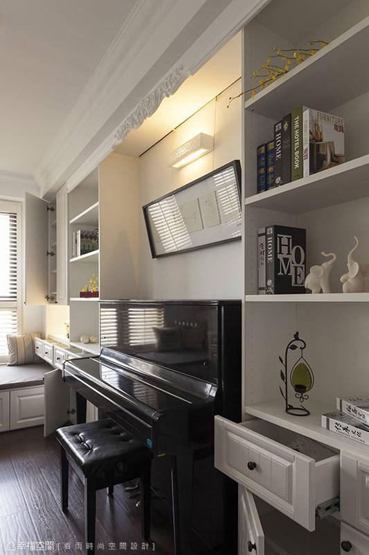 设计师依照屋主收藏物品与摆放对象,量身订制展示收纳柜体。