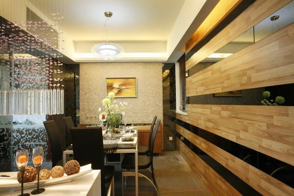 客厅本身比较狭小。后期用条纹的镜子。不仅是空间的变得比较大。也拉伸了餐厅的长度。让人就餐特别的舒心。再加上木地板上墙,大大的弱化了镜子的突兀。
