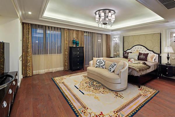 卧室设计效果图 在欧式风格的家居空间里,灯饰设计应选择具有西方风情的造型,比如壁灯,在整体明快、简约、单纯的房屋空间里,传承着西方文化底蕴的壁灯静静泛着影影绰绰的灯光,朦胧、浪漫之感油然而生。