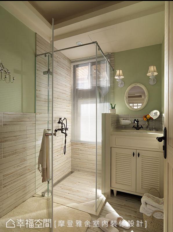 浅色木纹砖与草绿色墙面的色系搭配,营造清爽舒适的沐浴空间。