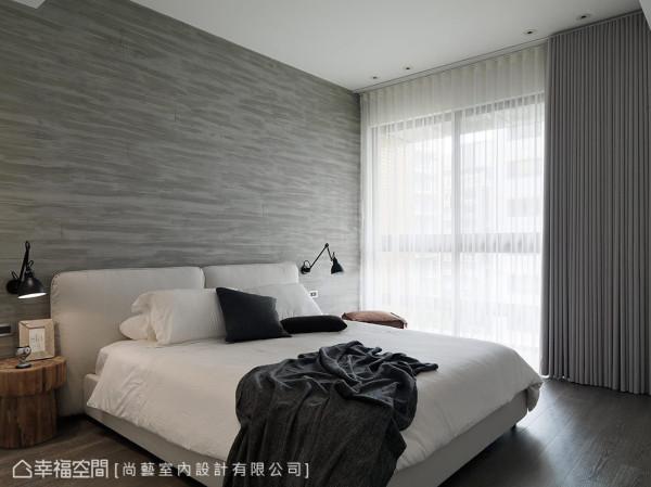 床头设计简约却不单调,在批土后运用模具压刻出波浪纹路,深浅不一的水泥色泽,在大面积的墙壁上能自然展现层次变化。