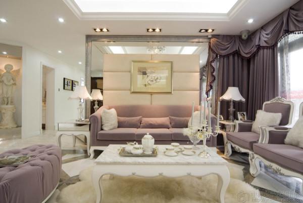 再结合华丽 古典的欧式家具.高贵的水晶吊灯,更显出本示范位单的国际品位。希望使你置身于一个白色的王国里 ,成为童话里的主角。