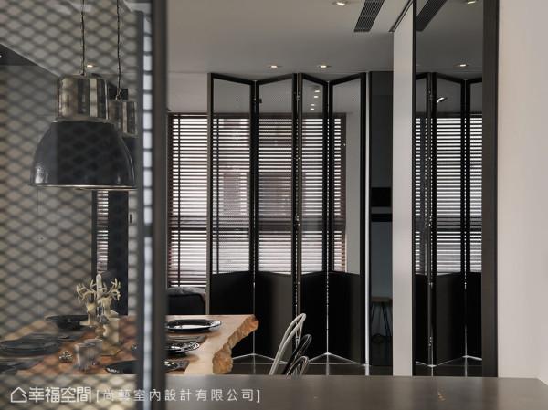 厨房与多功能房的门片,使用少见的铁网与清玻璃组合,除了呼应工业风主题,也兼顾容易清理及视觉穿透性。细看门片下方改用实心铁件,精准拿捏呈现恰到好处的美感比