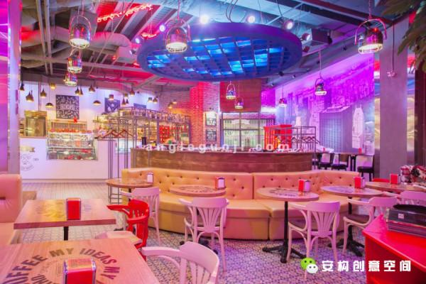REDCUPS咖啡店是一个时尚而充满活力的地方,在这里,你可以点上一杯咖啡,听着DJ美妙的音乐,从早上一直待到晚上,喝一杯美味的鸡尾酒,然后再回家。