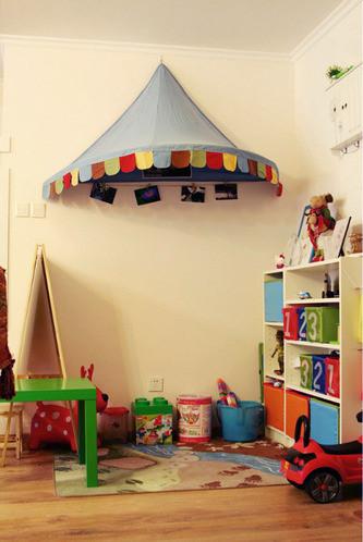 一个儿童区,因为房间少,就得充分利用空间,小黑板和桌子也是个软性隔断,这样既保证了一定程度空间的封闭性,同时孩子玩耍时大人也能随时照看到.