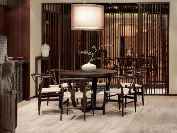 每一块石材、每一种材质、每一件摆件都在设计师的看似随意的安排下融入到整个空间中。茶室榻榻米的形式更是带给人一种放松感和亲切感,一个小桌、两个草垫,便可轻松品茗、悠然地下棋。