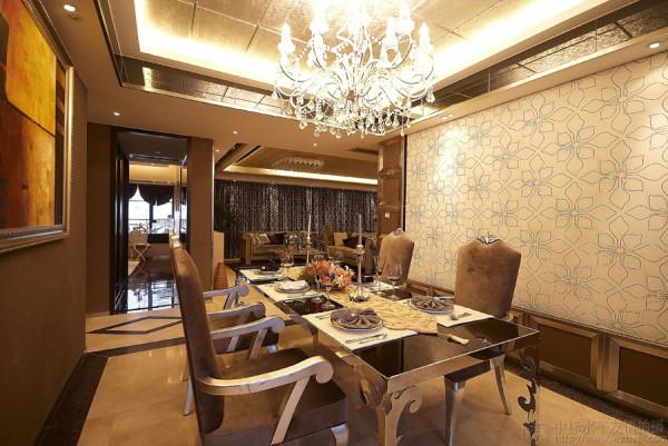 为了体现出优越的空间品质,设计师对整体空间布局作了相应的调整,如客厅划分出一个酒吧区域,丰富了空间之余,令客厅空间在尺度上更显奢华。