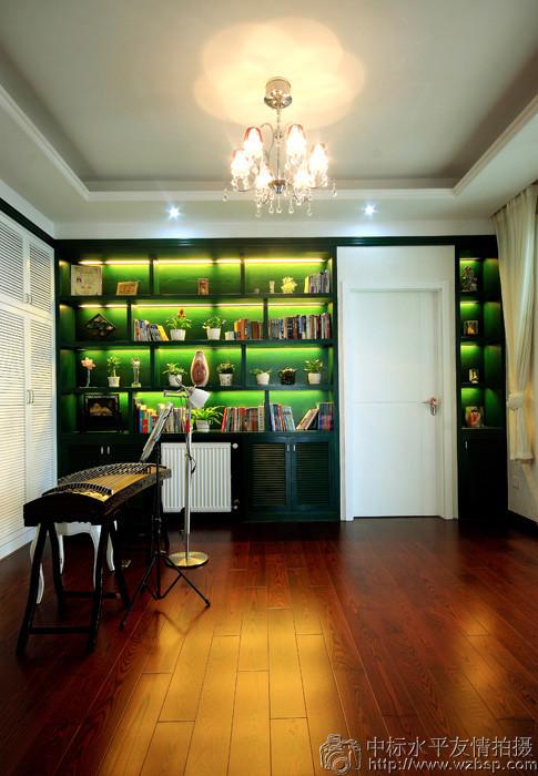 采用浅色系的装饰,客厅的云纹吊顶与水景布艺吊灯的结合,走的是典型的复古风,不同于以往的奢华感觉;并让空间感觉调高高了,也亮堂了不少。