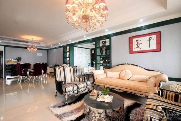 典型的印花新古典造型沙发,华丽又不失清新,而后现代感的壁画搭配,碰撞出几分活泼的生活气息。
