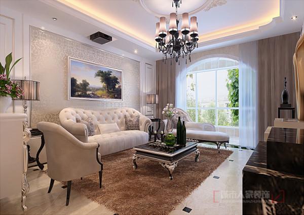 客厅以乳白色的护墙板和银色线条为主线,特别是银色线条的使用,凸显了墙面的立体感,又解决的北方灰尘较大的问题。