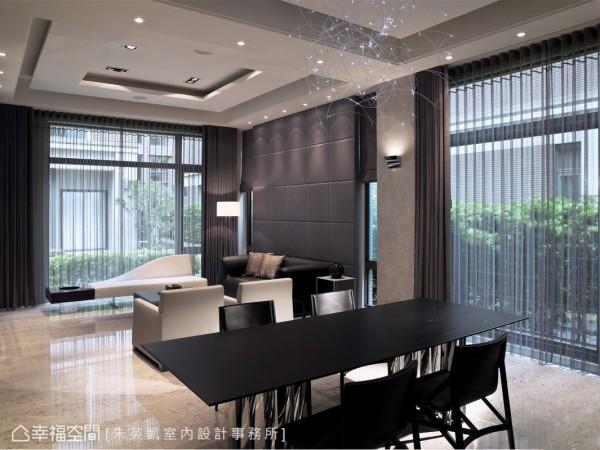 原先电视墙的位置设定,在调整成为沙发背后的舒适倚靠,以绷布、窗帘搭入轻暖度的沉稳色调