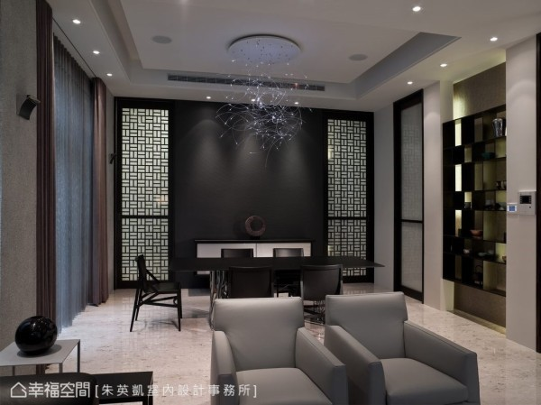 光纤以悬浮姿态漫伸于餐厅之上,深色的立面衬托其表现的细腻光氛,两侧中国禅风的窗棂造型拉门,为与厨房的循环动线衔接。