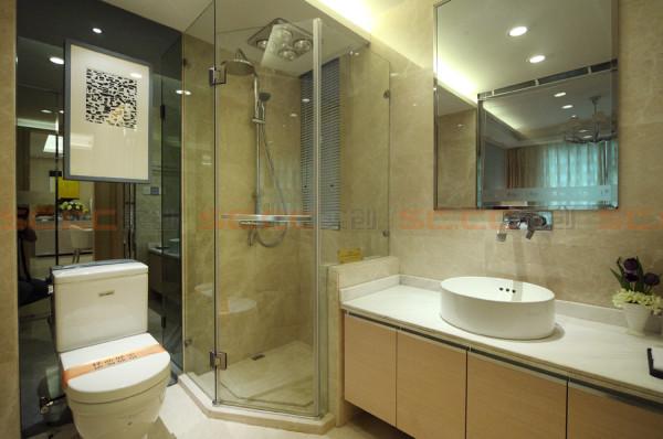 卫生间实景展示图,简单干净,储藏空间大,利用镜面扩大空间。