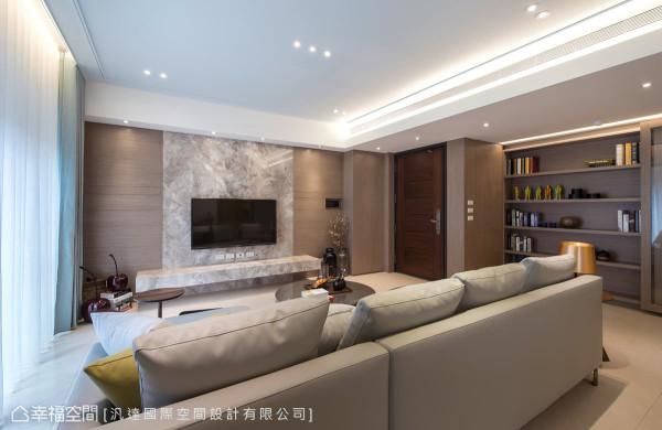 客厅电视主墙与机柜台面,使用大理石质材,并以简约的线条刻划造型,铺陈恢弘与利落的居家表情。