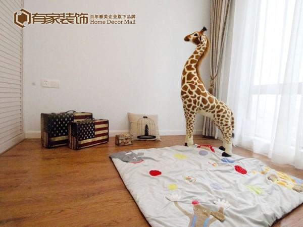 儿童房总是要赋有童趣一些,童趣地毯,彩色的床品,和实用率极高的整体书架,都让这间面积不算大的儿童房有童趣十足。
