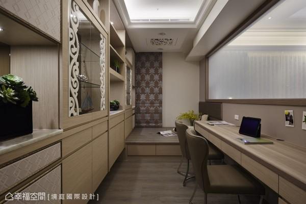 可调节透明度的电器玻璃取代卷帘,采光与隐私的调节更为自由便利;墙面利用柜体造型的虚实,与卧榻、书桌的量体规划大量收纳,争取空间最大使用效益。