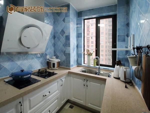 U形木质整体橱柜的厨房,肉色系方格地砖,整间烹饪空间看起来很宽敞,实用性很高。